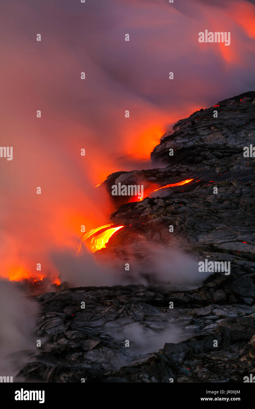 HI00339-00...HAWAI'I - Lava flowing into the Pacific Ocean from the East Riff Zoneof the Kilauea Volcano on the Island of Hawai'i. - Stock Image