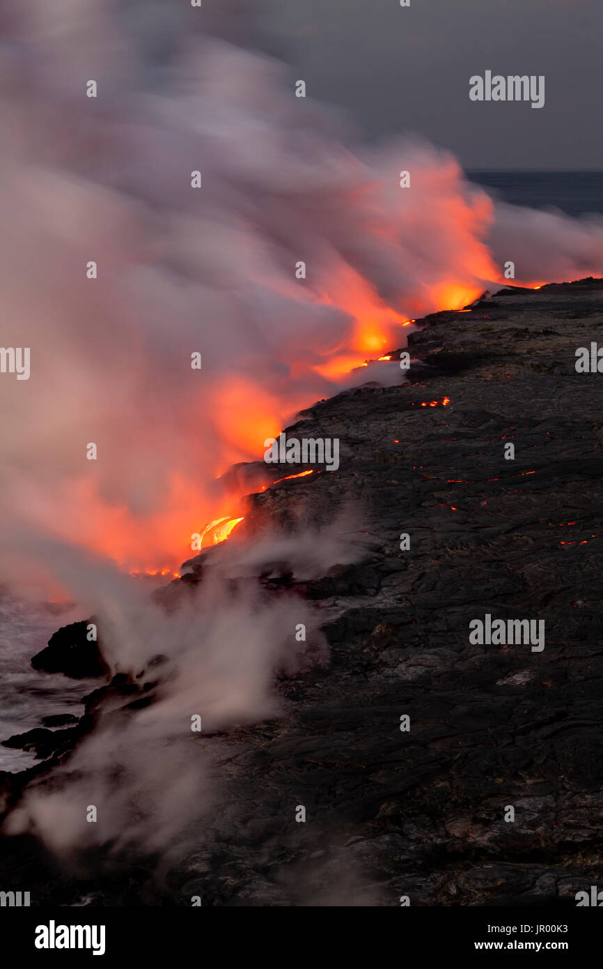 HI00340-00...HAWAI'I - Lava flowing into the Pacific Ocean from the East Riff Zoneof the Kilauea Volcano on the Island of Hawai'i. - Stock Image