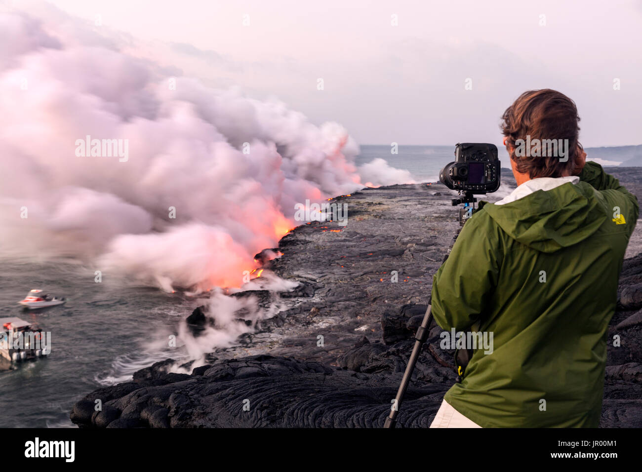 HI00344-00...HAWAI'I - Lava flowing into the Pacific Ocean from the East Riff Zoneof the Kilauea Volcano on the Island of Hawai'i. - Stock Image