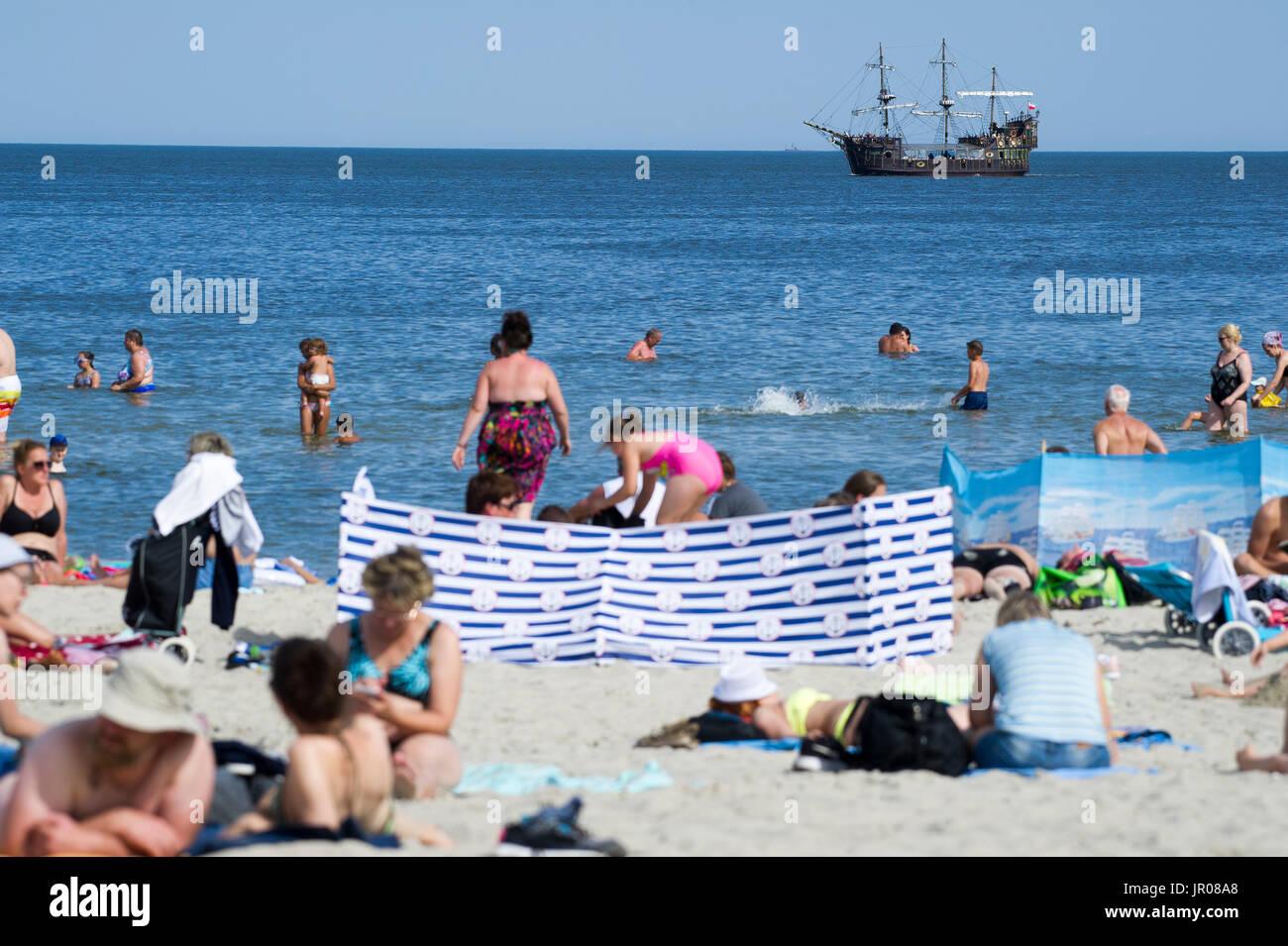 Hot day on a crowded beach in Gdynia, Poland 2nd August 2017 © Wojciech Strozyk / Alamy Stock Photo - Stock Image
