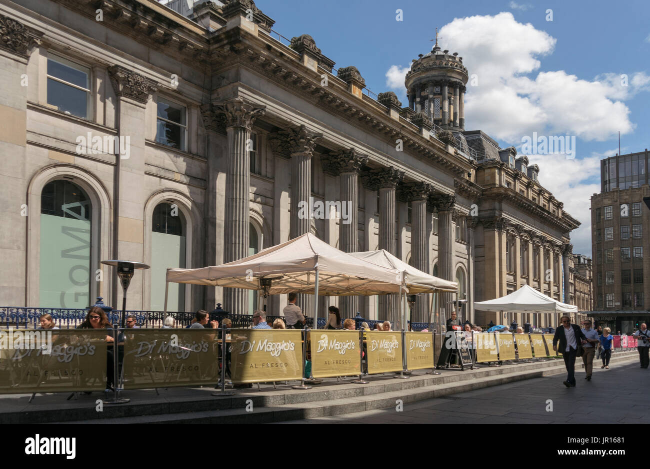 Alfresco dining beside GOMA in Glasgow city centre, Scotland, UK - Stock Image