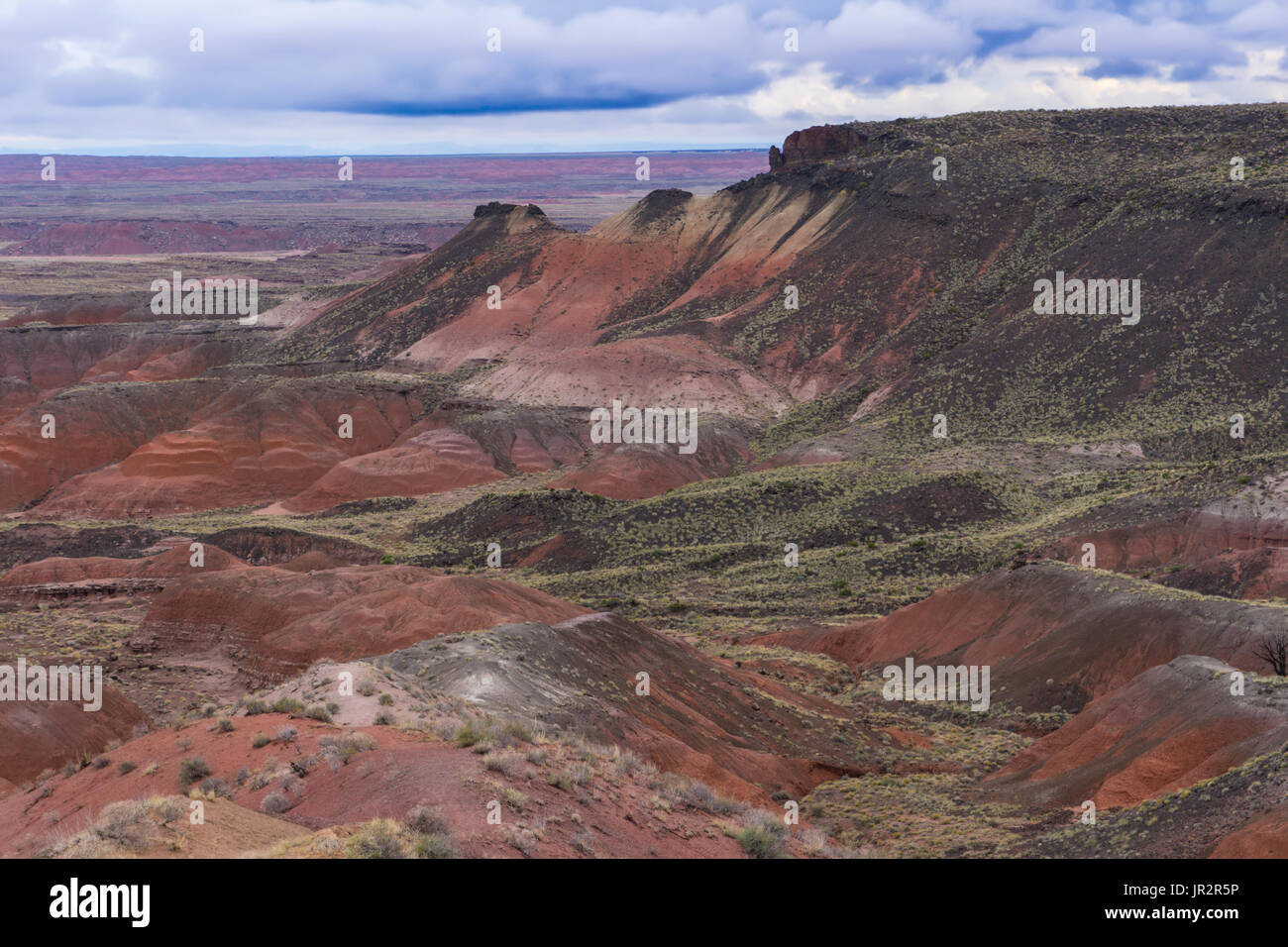 The unconformity between the black Bidahochi basalt and the red Chinle foramtion at Nizhoni Point at the Petrified Forest National Park, AZ. - Stock Image