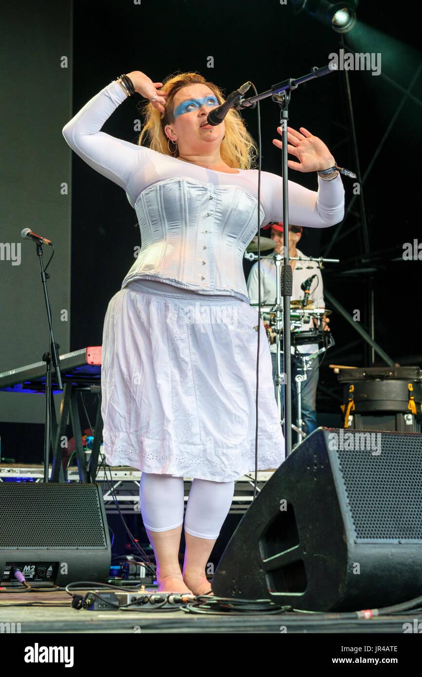 Eliza Carthy and the Wayward Band performing at the WOMAD Festival, Charlton Park, Malmesbury, Wiltshire, England, July 30, 2017 - Stock Image