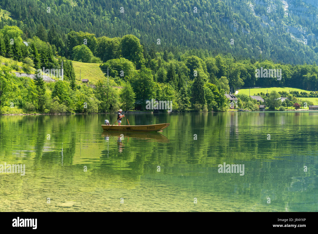 Angler im Boot am Hallstätter See, Salzkammergut, Oberösterreich, Österreich  |   angling on a boat  on lake Hallstätter See, Salzkammergut region, Up - Stock Image