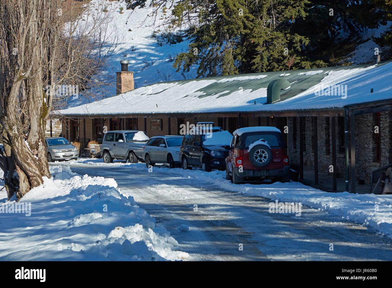 Danseys Pass Coach Inn (1862) and winter snow, Danseys Pass, Central Otago, South Island, New Zealand - Stock Image