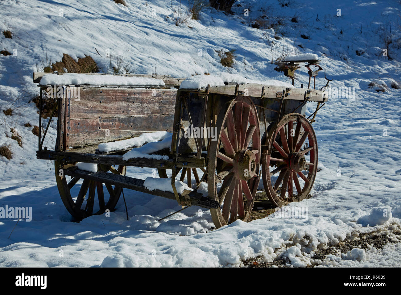 Old wagon by Danseys Pass Coach Inn (1862), Danseys Pass, Central Otago, South Island, New Zealand - Stock Image