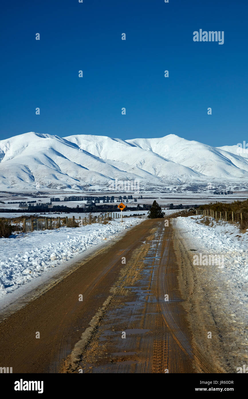 Road to Danseys Pass and Kakanui Mountains, near Ranfurly, Maniototo, Central Otago, South Island, New Zealand - Stock Image