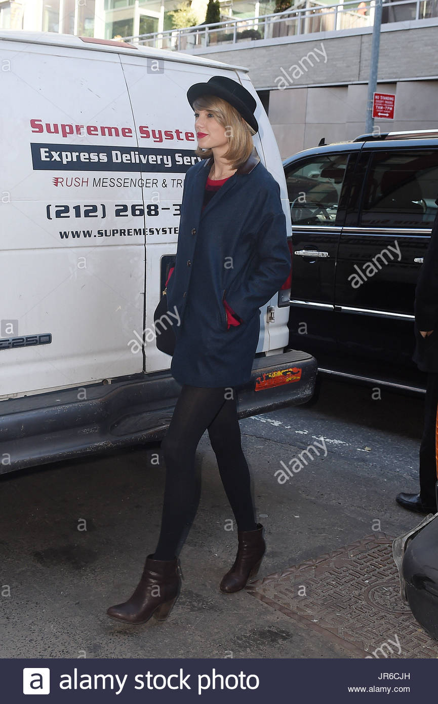 f7f5ea74c63 Taylor Swift holds on to her hat as she steps out on a windy day in NYC  with a can of diet coke.