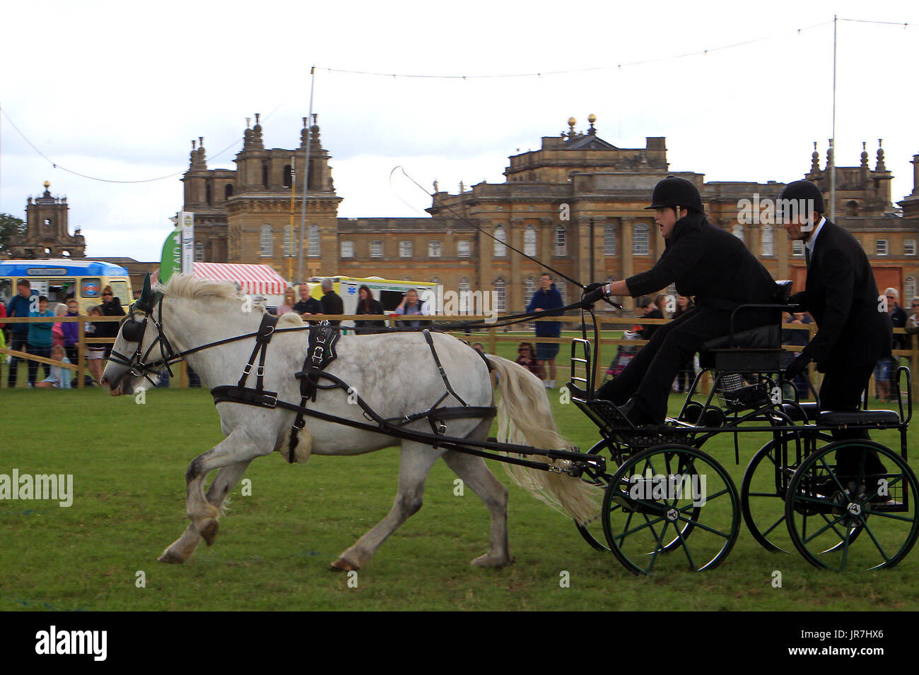 Blenheim Palace, Woodstock, UK. 4th Aug, 2017. Lucy Foster drives A touch of Frost through the carriage driving Stock Photo