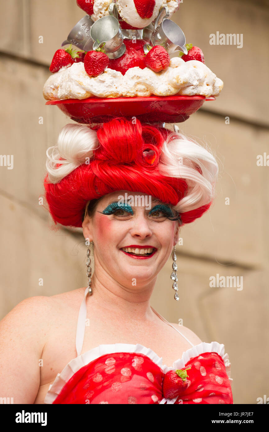 Stockton-on-Tees, UK. Friday 4th August, 2017. One of the Cake Ladies, two Bristol-based artistes, performing a choreographed stilt walk. Credit: Andrew Nicholson/Alamy Live News - Stock Image