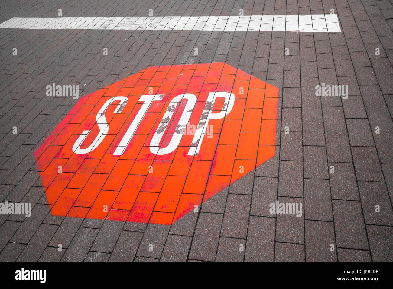 Stop, Straßenmarkierung in Hamburg, Deutschland - Stock Image