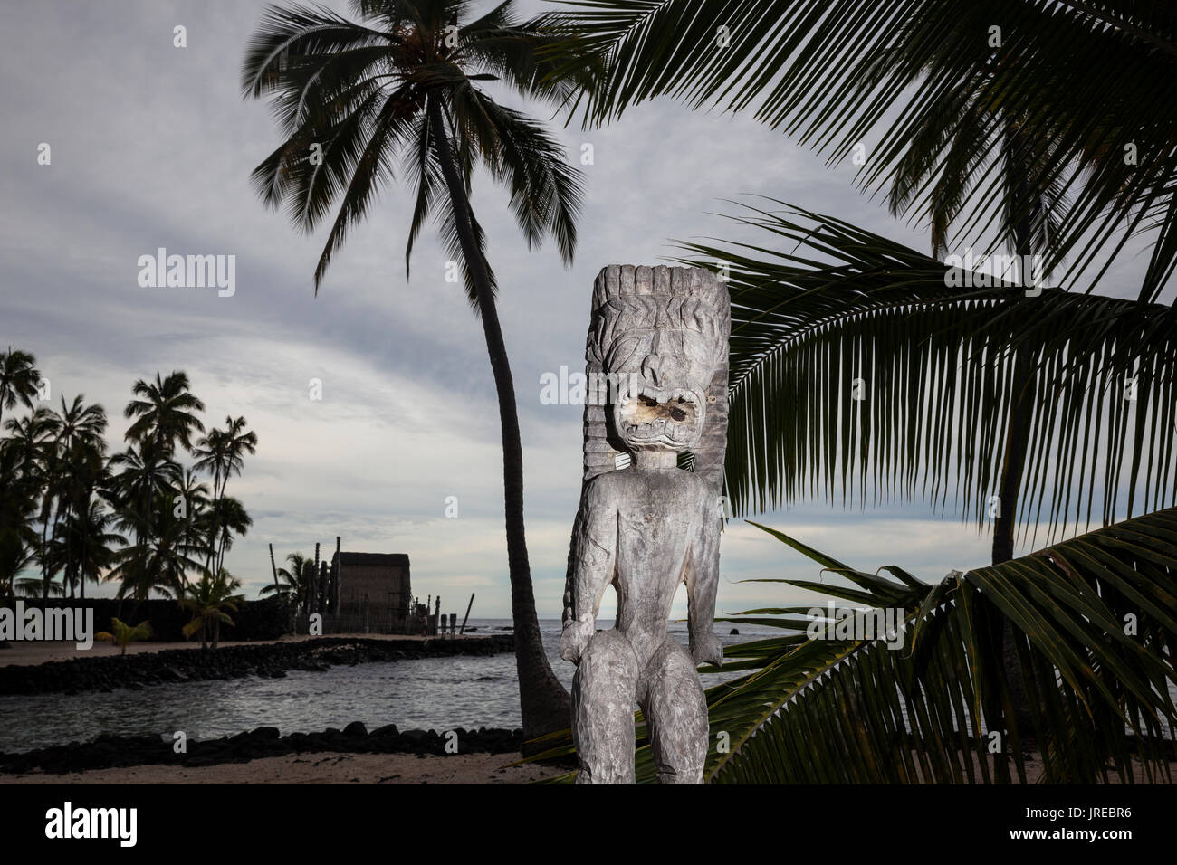 "HI00474-00...HAWAI""I - Carved wooden images at Pu'uhonua o Honaunau National Historic Park on the island of Hawai'i Stock Photo"