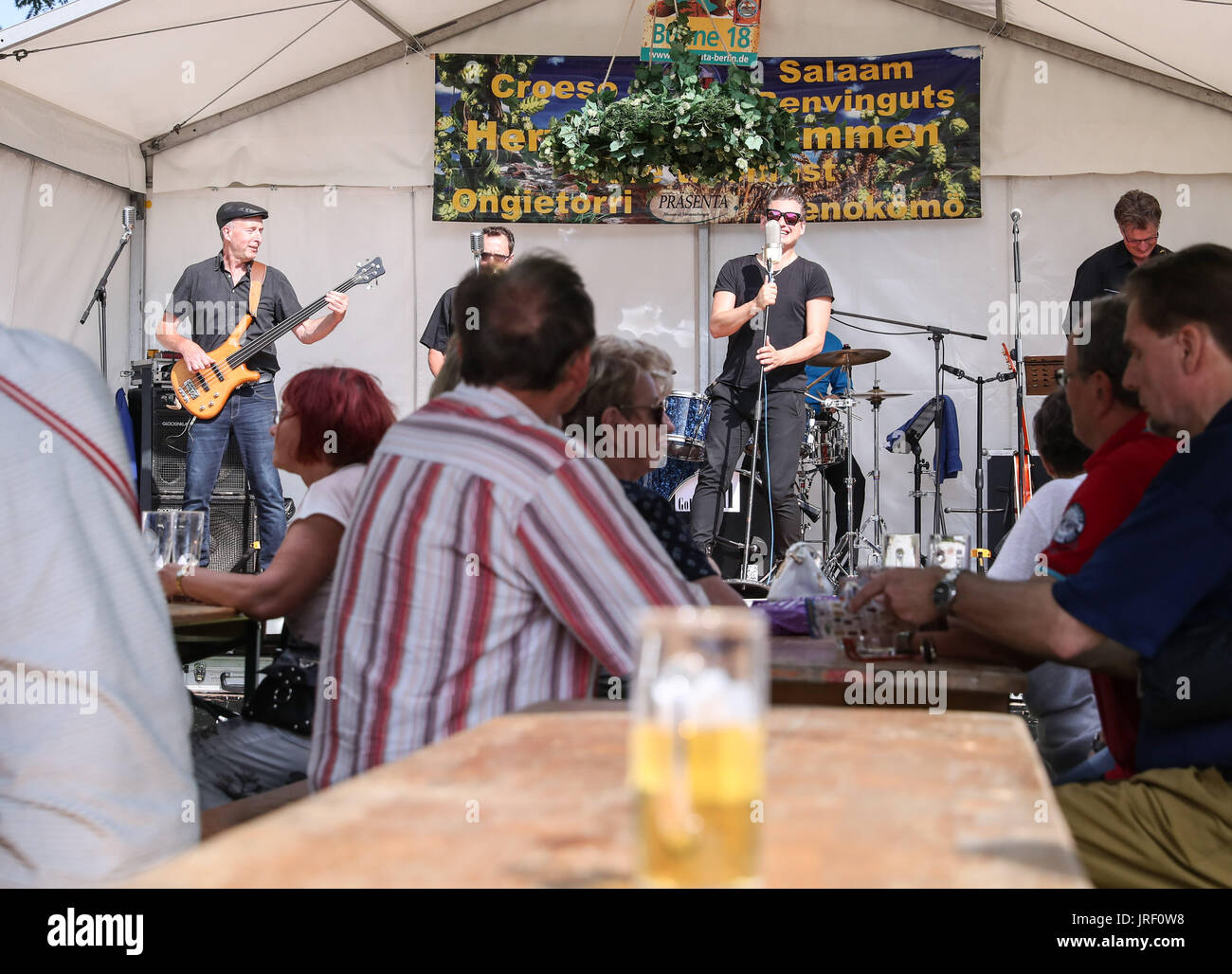 Berlin, Germany. 4th Aug, 2017. Visitors watch the performance of a band during the 21st International Berlin Beer Stock Photo