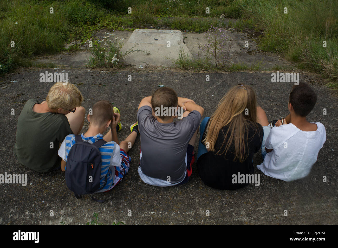 Best friends - group of teenagers  /  Group of sitting children with phones - Stock Image