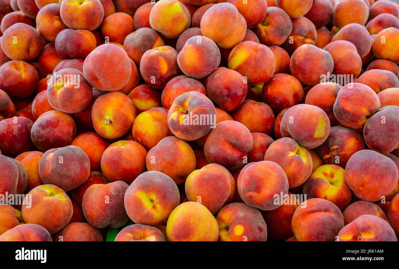 'Contender' Yellow Peaches in Farmer's Market - Napier, New Zealand Stock Photo