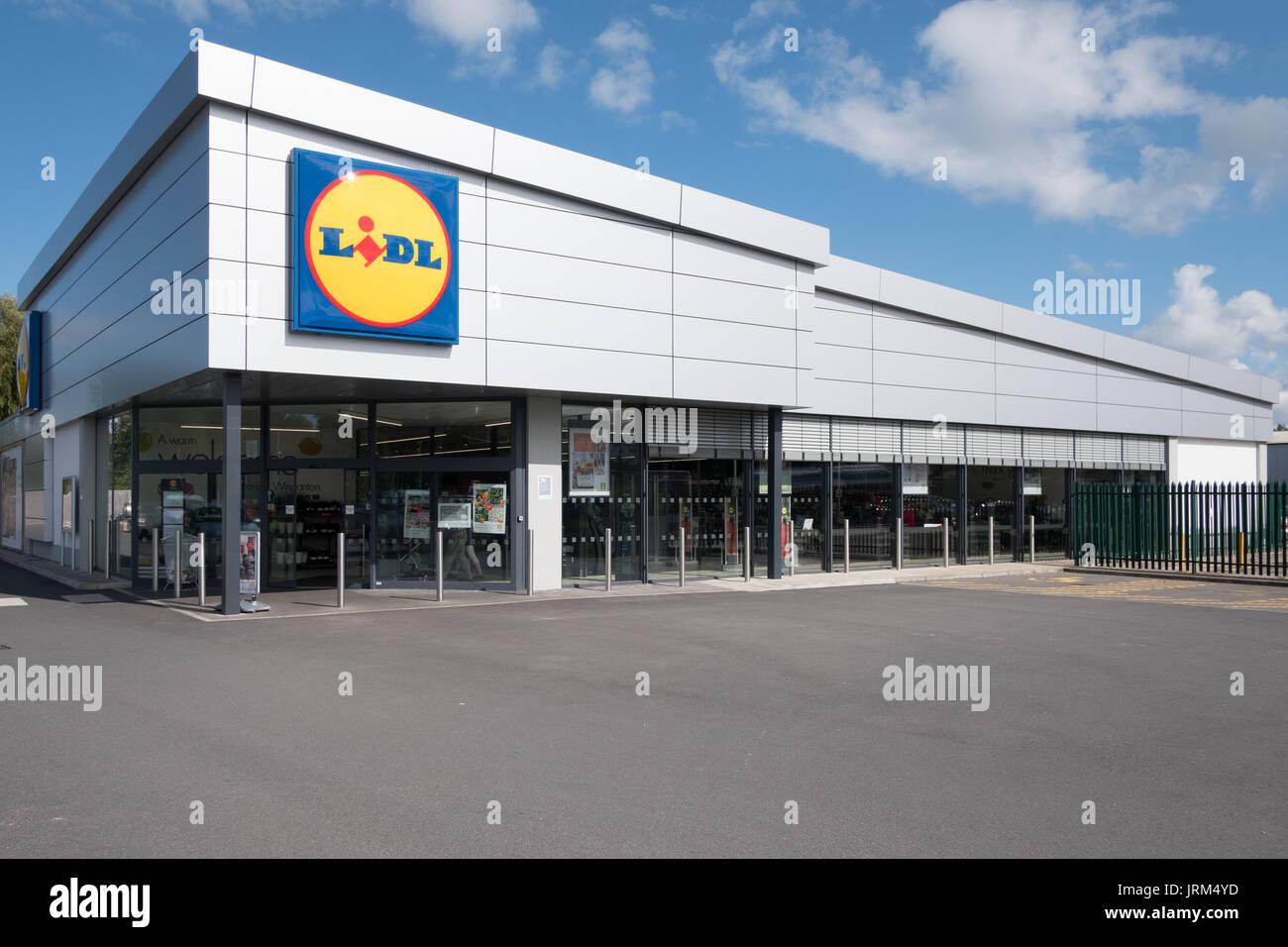 Lidl Stiftung & Co. KG (formerly Schwarz Unternehmenstreuhand KG, is a German global discount sore Wincanton Somerset Shop - Stock Image