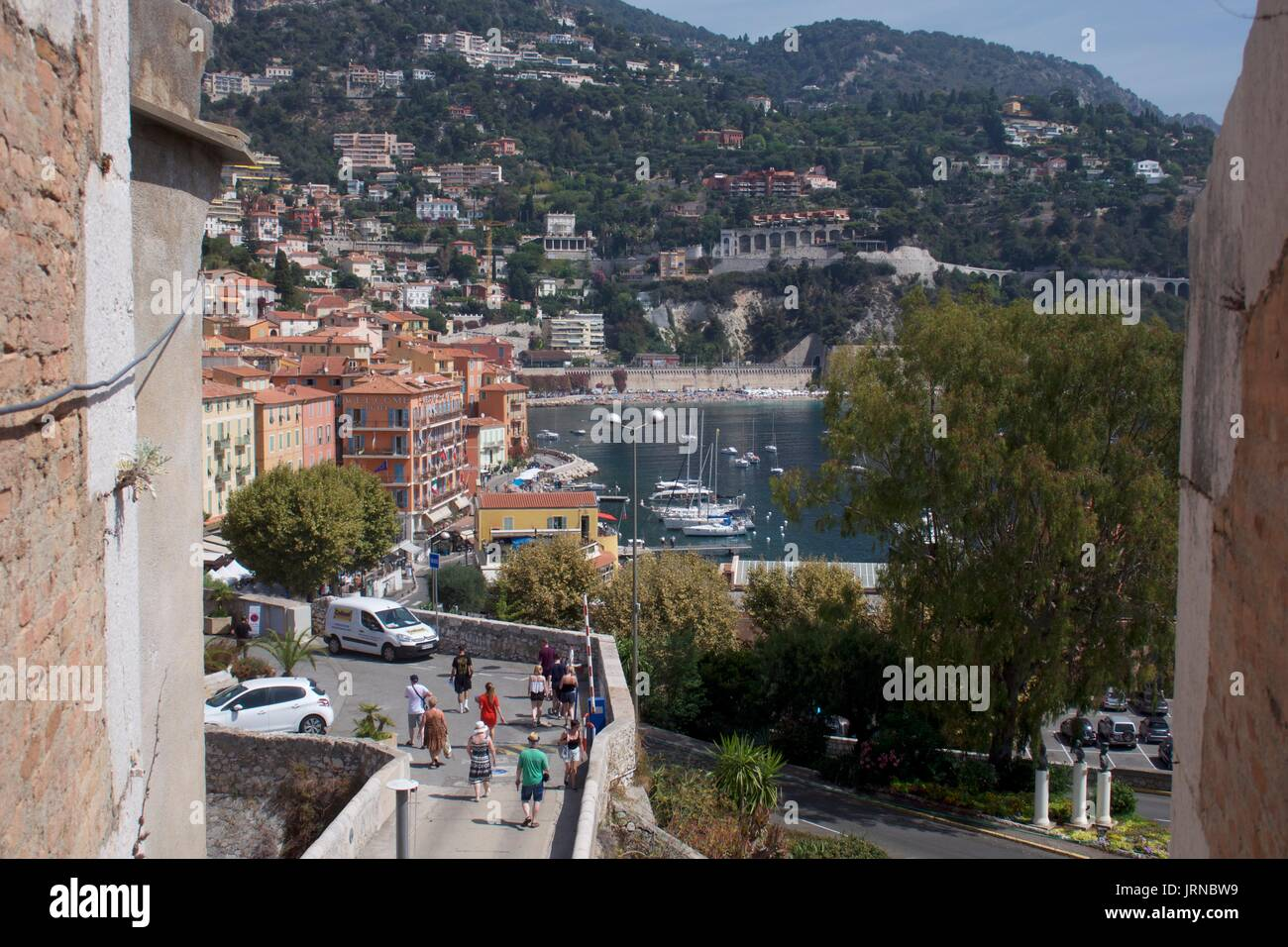 Elevated view of tourists strolling near coast, Nice, France - Stock Image