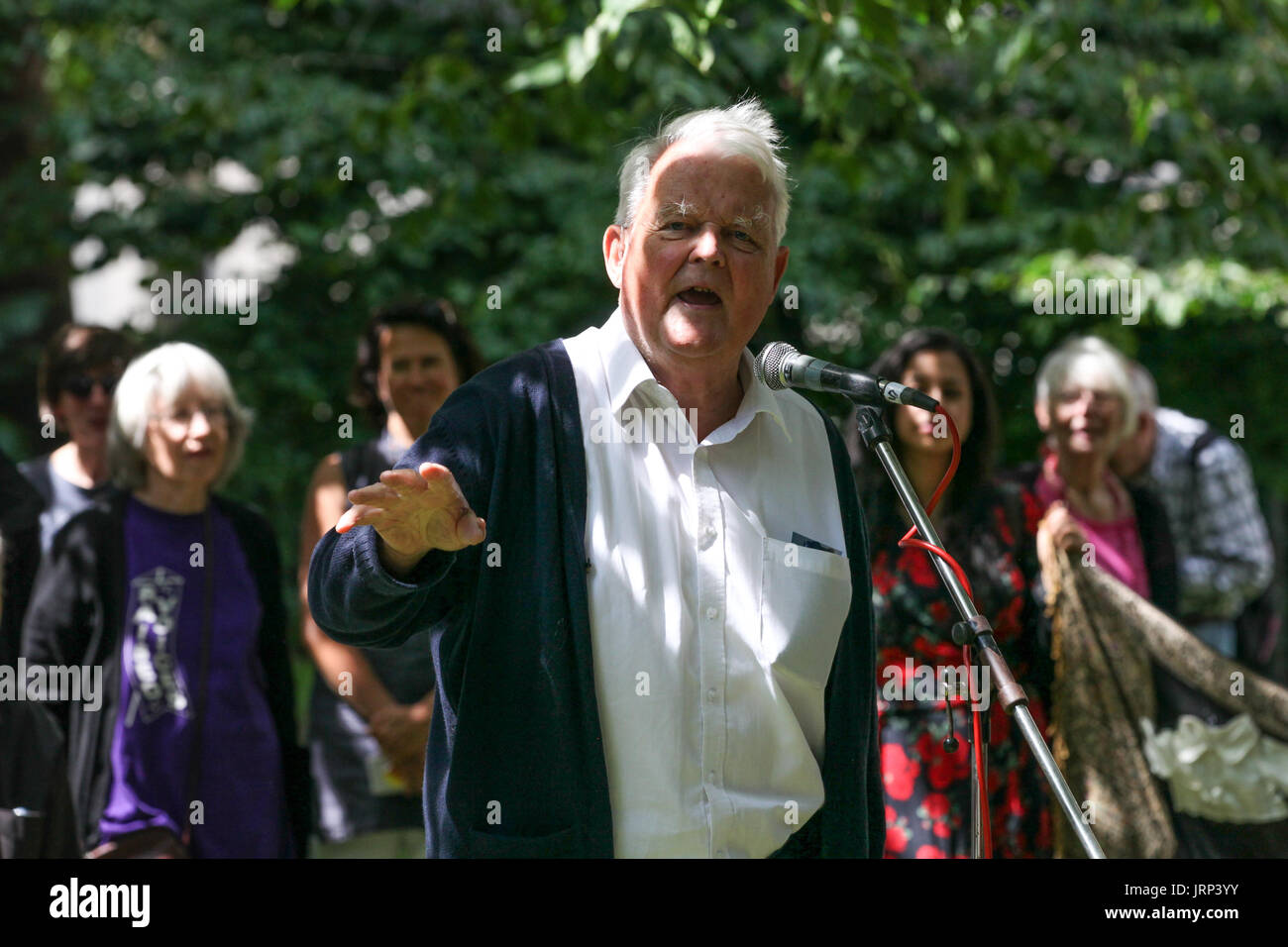 London, UK. 6th August, 2017. Bruce Kent, Vice-President of the Campaign for Nuclear Disarmament (CND), addresses peace campaigners attending the annual Hiroshima Day anniversary event in Tavistock Square, next to the commemorative Hiroshima cherry tree. Credit: Mark Kerrison/Alamy Live News - Stock Image