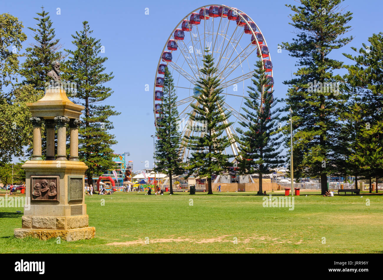 Ferris wheel and Explorers' Monument in the Esplanade Park - Fremantle, WA, Australia - Stock Image
