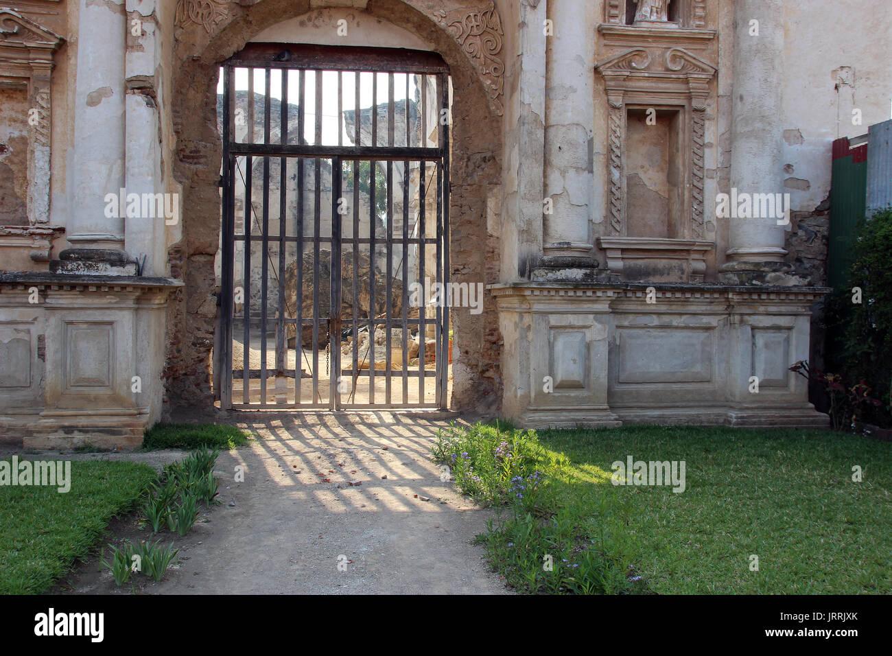 Ruinas de Iglesia vieja, en La Antigua Guatemala, adentro se pueden ver Escombros del techo y las paredes, esperando ser restaurados Stock Photo