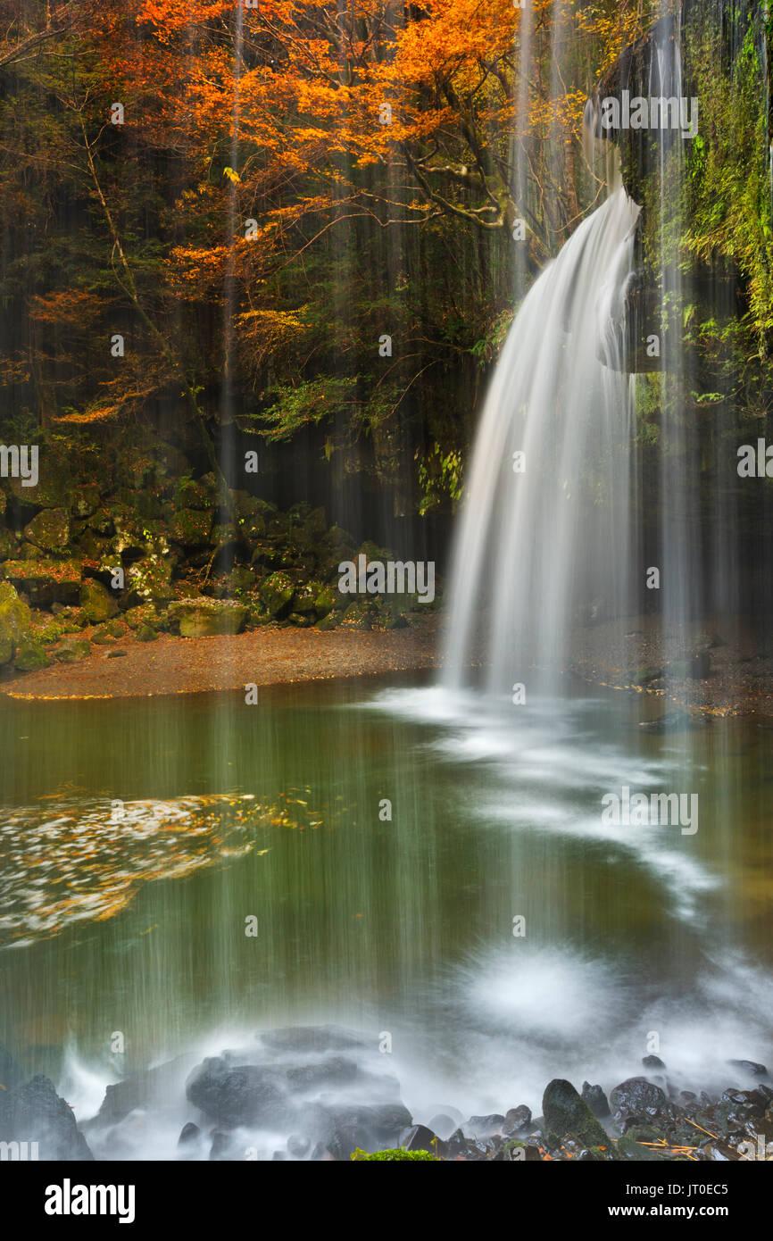 The Nabegataki Falls (鍋ヶ滝) on the island of Kyushu, Japan surrounded by autumn colours. - Stock Image