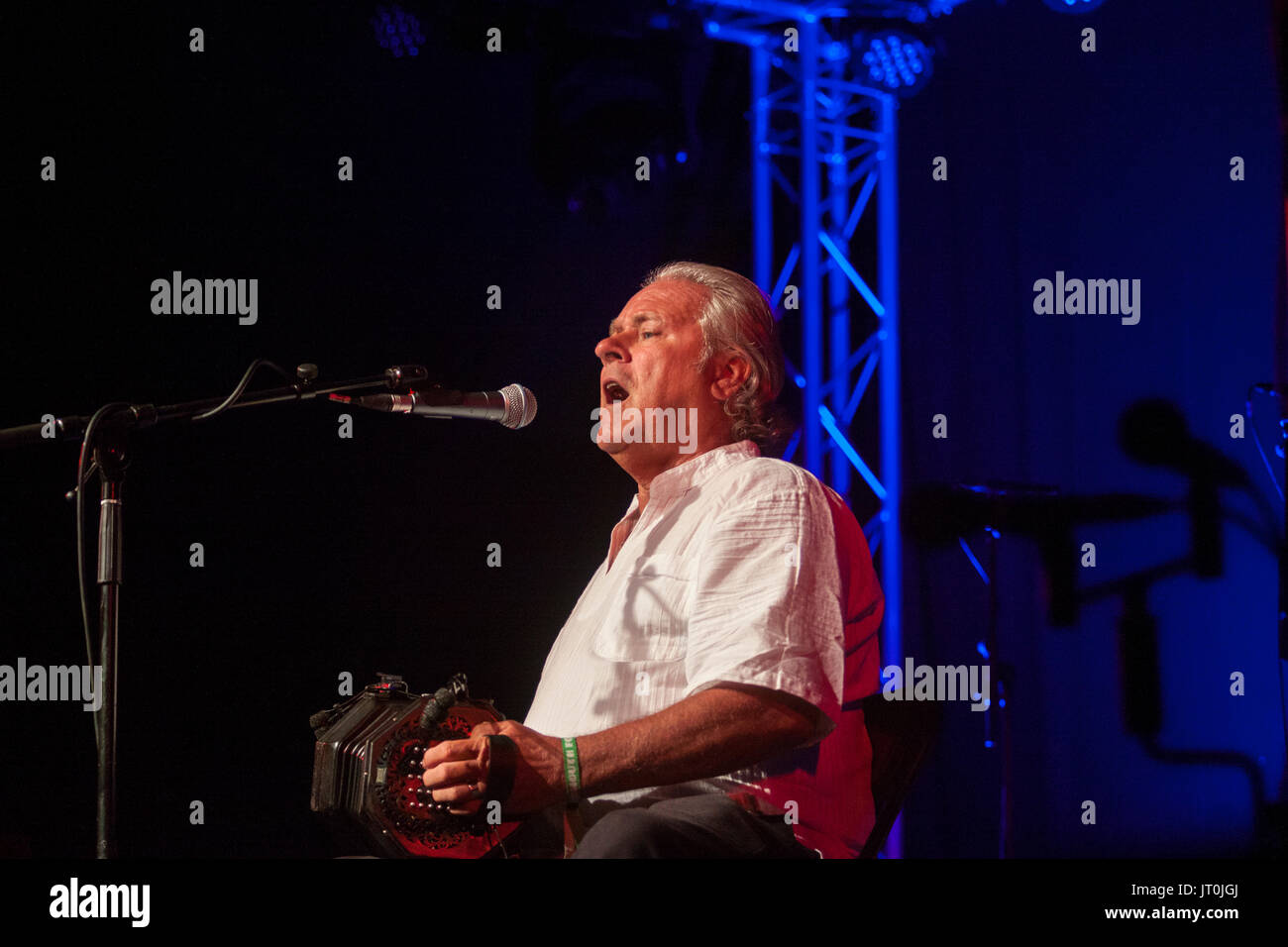 Sidmouth, 6th July 17 Geoff Lakeman on stage at the Sidmouth Folk Week Festival. The event continues until the 11th August. Credit: Photo Central/Alamy Live News - Stock Image