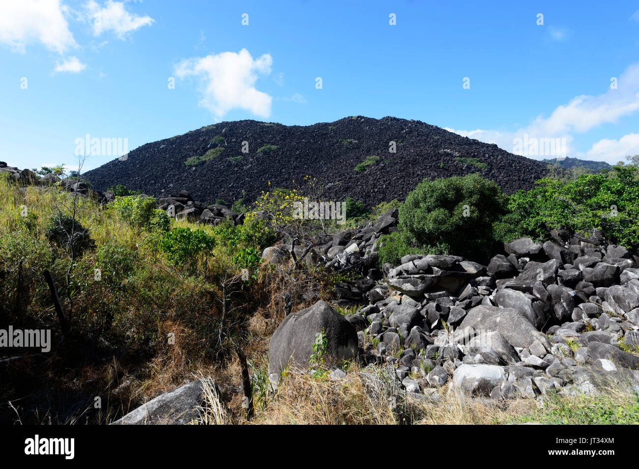 Granite boulders blackened by blue-green algae, Black Mountain (Kalkajaka) National Park, near Cooktown, Far North Queensland, FNQ, QLD, Australia - Stock Image