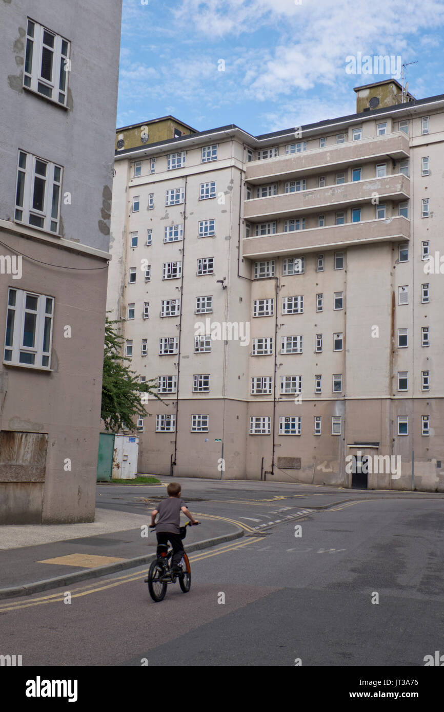 Damp and poor condition of Woodberry Down housing estate in Hackney with mixture of affordable social housing and new luxury development. London,England,UK - Stock Image