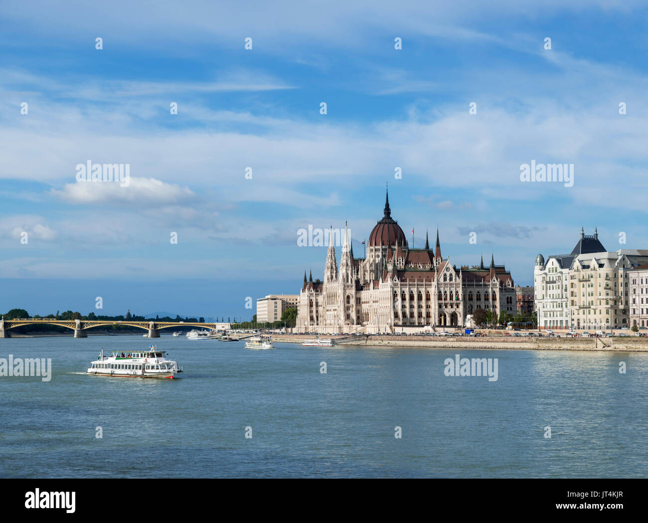Tour boat in front of the Hungarian Parliament building, Budapest, Hungary - Stock Image