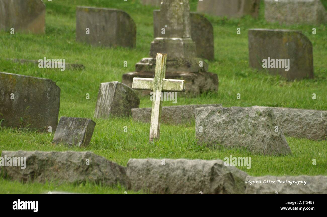 Resting place of loved one marked by a cross, no name shown - Stock Image