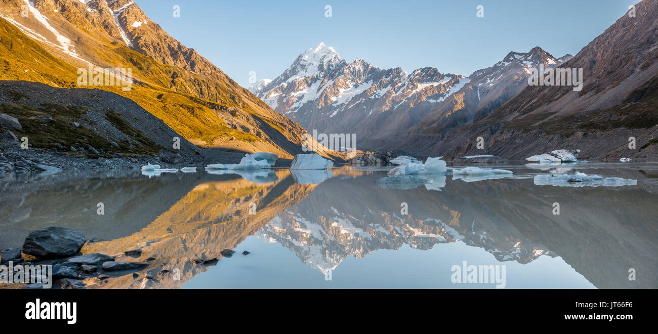 Sunrise, reflection in Hooker Lake, Mount Cook illuminated by morning sun, Mount Cook National Park, Southern Alps - Stock Image