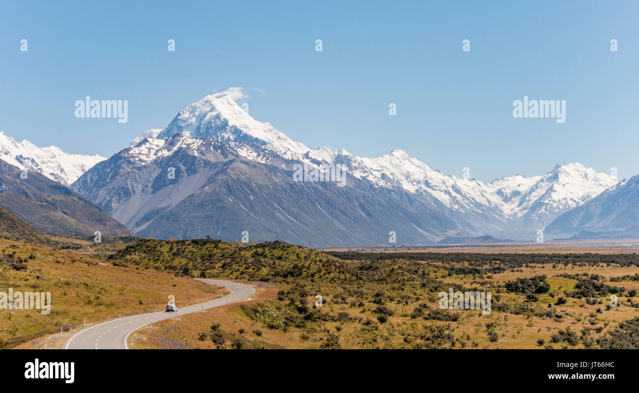 Curvy road with view to Mount Cook, snow covered mountains, Mount Cook National Park Southern Alps, Canterbury, South Island - Stock Image