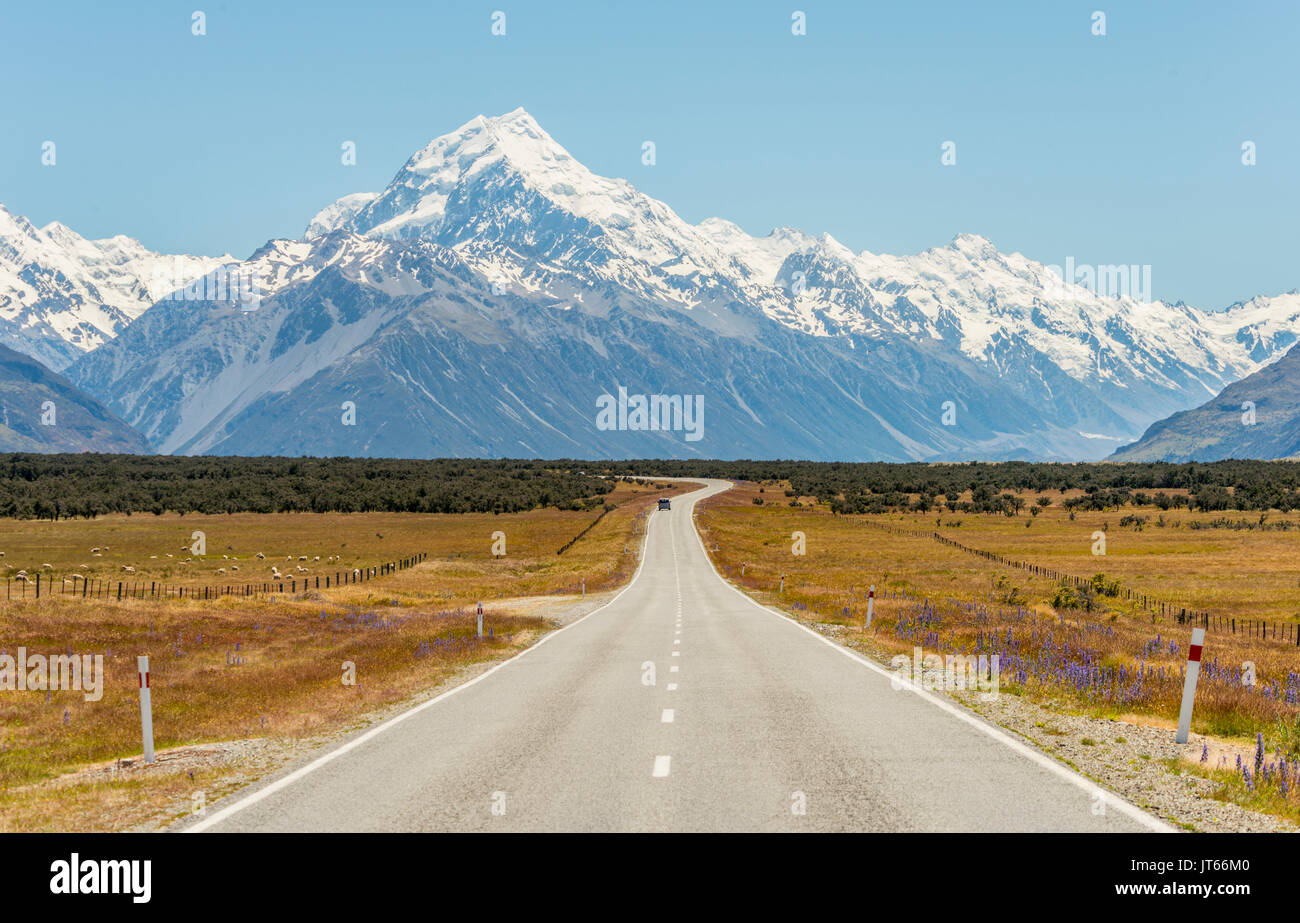 Road with view to Mount Cook, snowy mountains, Mount Cook National Park Southern Alps, Canterbury, South Island, New Zealand - Stock Image