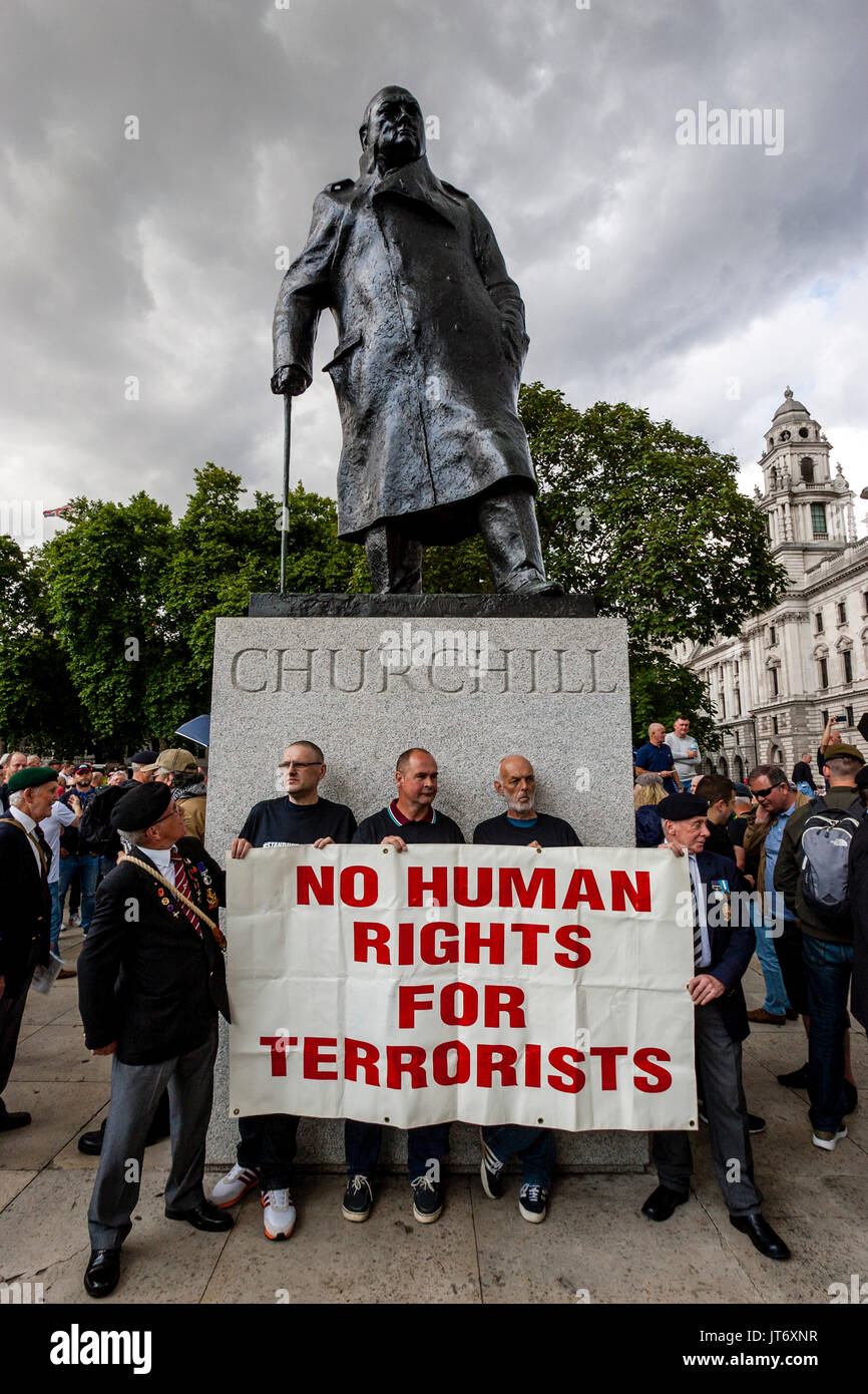 British Army Veterans Stand Under The Statue Of Winston Churchill Holding A Banner Demanding 'No Human Rights For Terrorists', London, UK - Stock Image