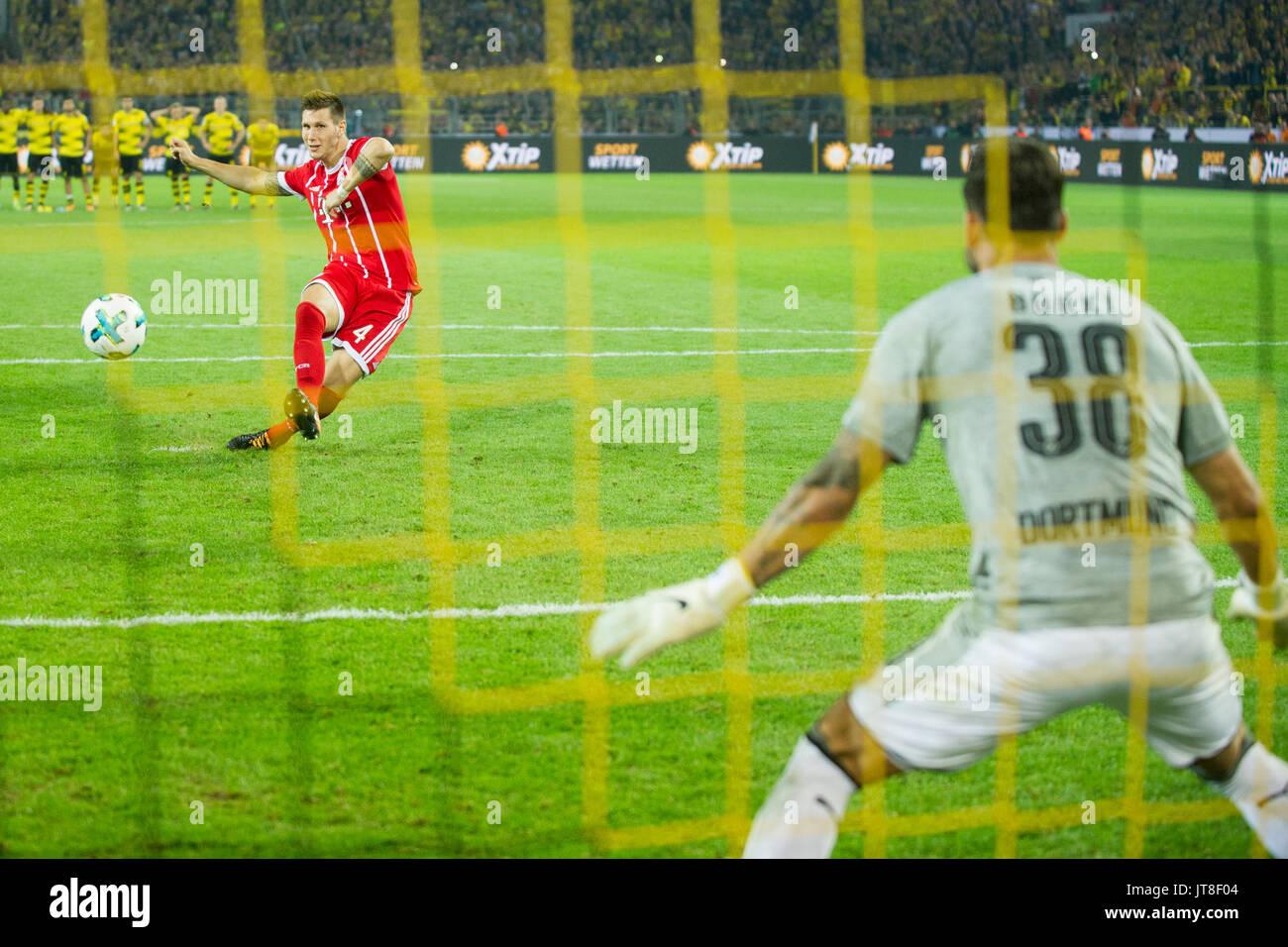 Dortmund, Deutschland. 05th Aug, 2017. Niklas SUELE (hi., S_le, M) schiesst gegen Torwart Roman BUERKI (B_rki, DO) einen Elfmeter, Aktion, Fussball DFL-Supercup 2017, Borussia Dortmund (DO)- FC Bayern Munich (M) 4:5 i.E., am 05.08.2017 in Dortmund/ Deutschland.   Verwendung weltweit Credit: dpa/Alamy Live News - Stock Image