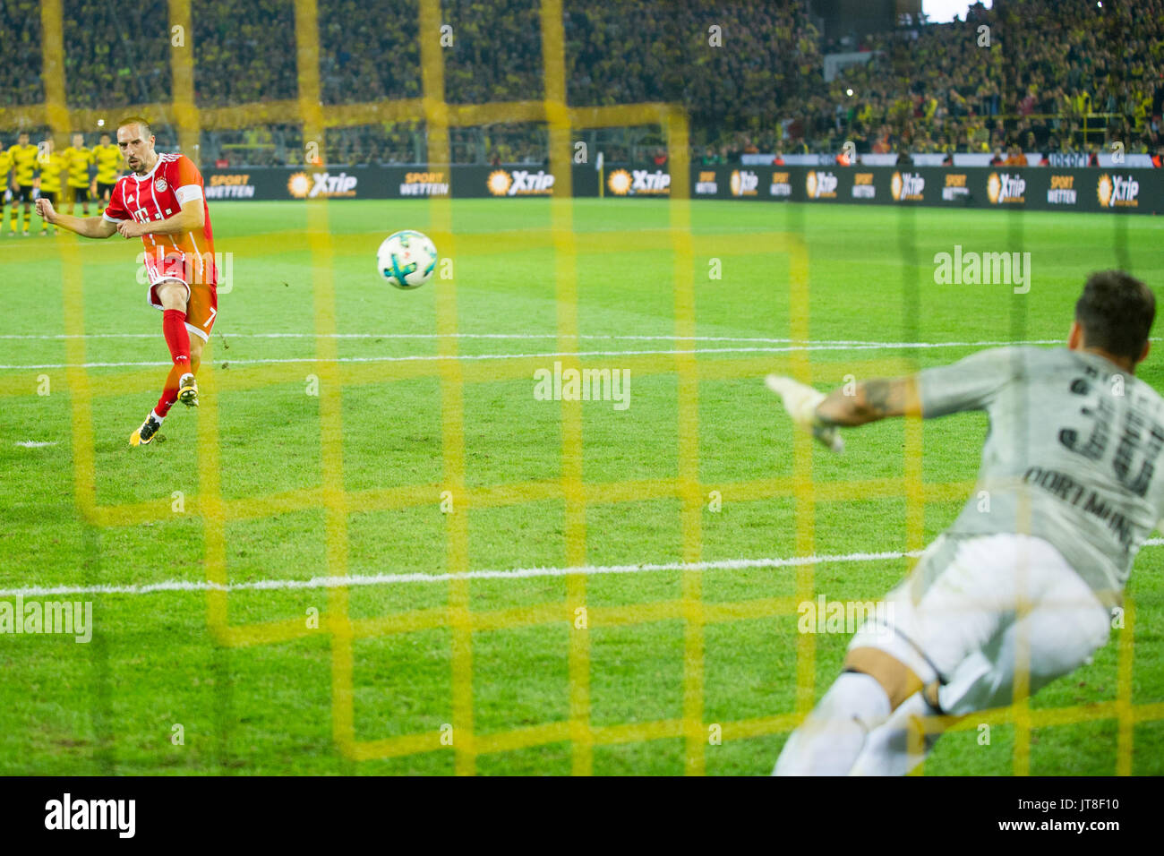 Dortmund, Deutschland. 05th Aug, 2017. Franck RIBERY (hi., M) schiesst gegen Torwart Roman BUERKI (B_rki, DO) einen Elfmeter, Aktion, Fussball DFL-Supercup 2017, Borussia Dortmund (DO)- FC Bayern Munich (M) 4:5 i.E., am 05.08.2017 in Dortmund/ Deutschland.   Verwendung weltweit Credit: dpa/Alamy Live News - Stock Image