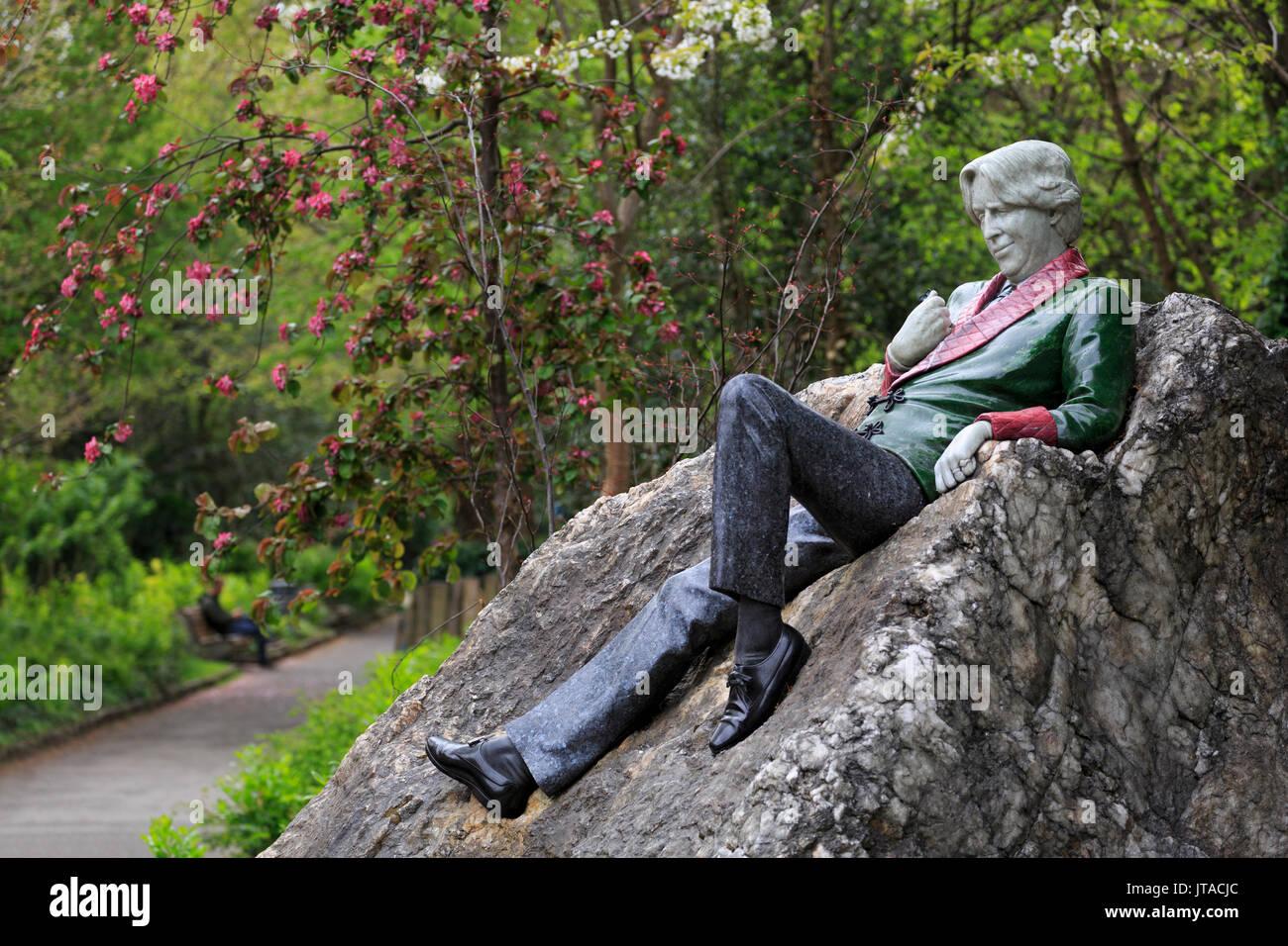 Oscar Wilde Sculpture, Merrion Square, Dublin City, County Dublin, Republic of Ireland, Europe - Stock Image