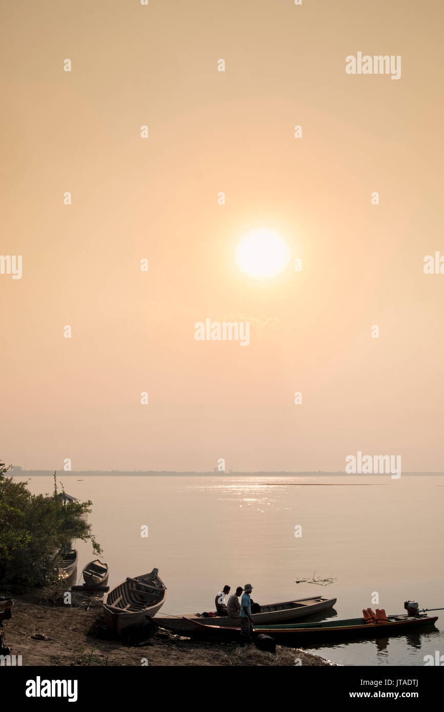 Fishing boats at dawn on the Mekong River near Kratie in Cambodia, Indochina, Southeast Asia, Asia - Stock Image