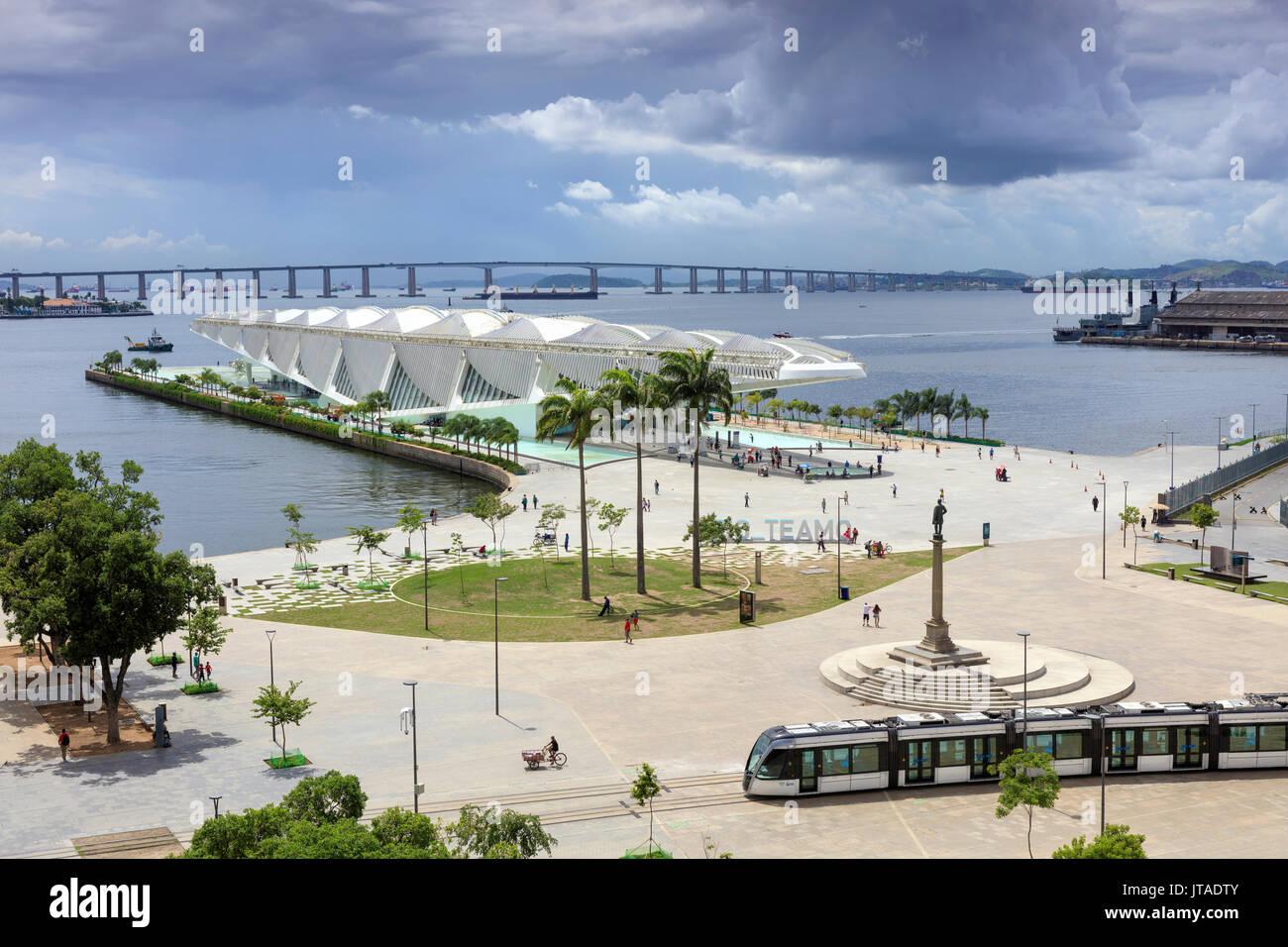 The Museum of Tomorrow, Porto Maravilha area and Niteroi Bridge, VLT tram in the foreground, city centre, Rio de Janeiro, Brazil - Stock Image
