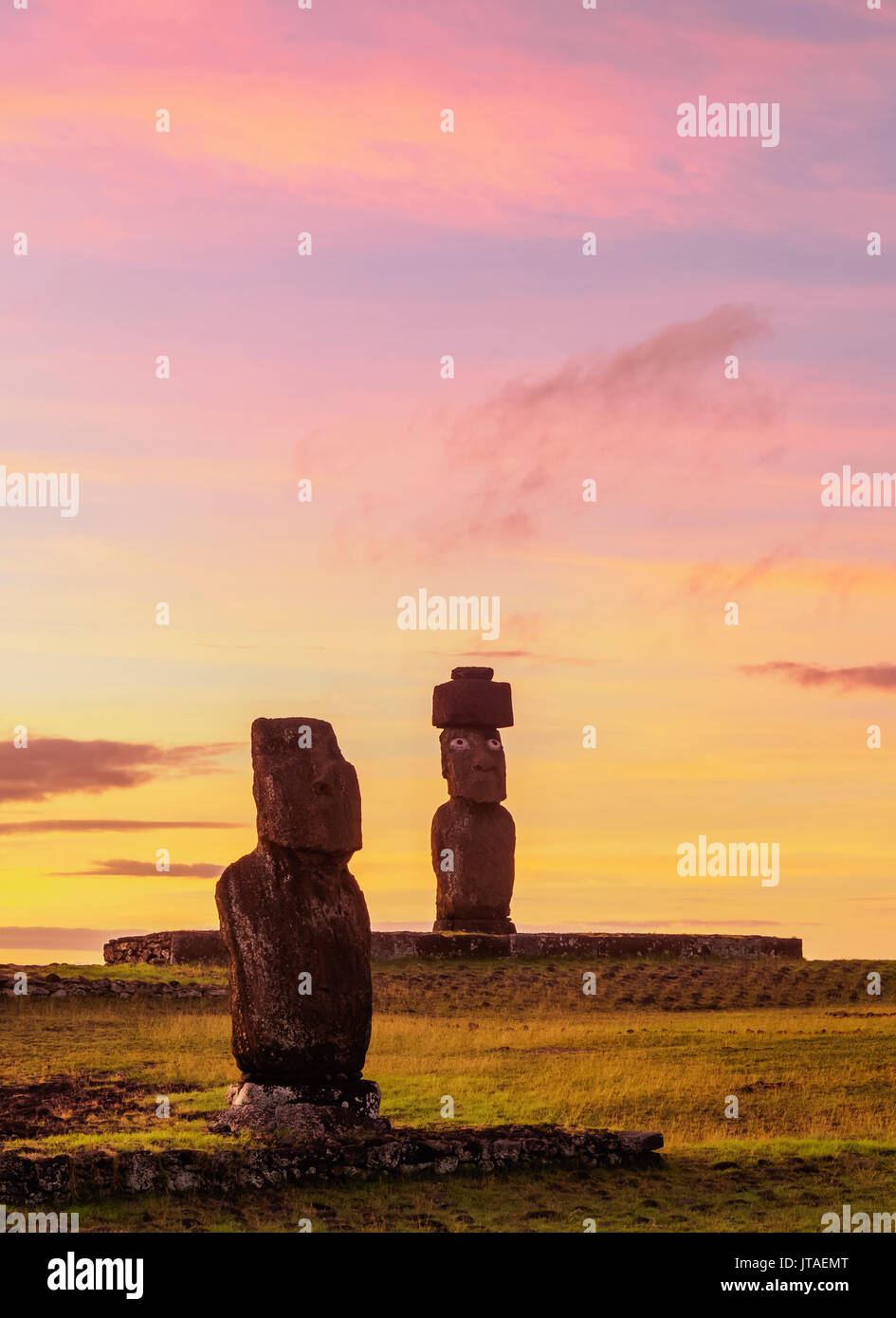 Moais in Tahai Archaeological Complex at sunset, Rapa Nui National Park, UNESCO, Easter Island, Chile - Stock Image