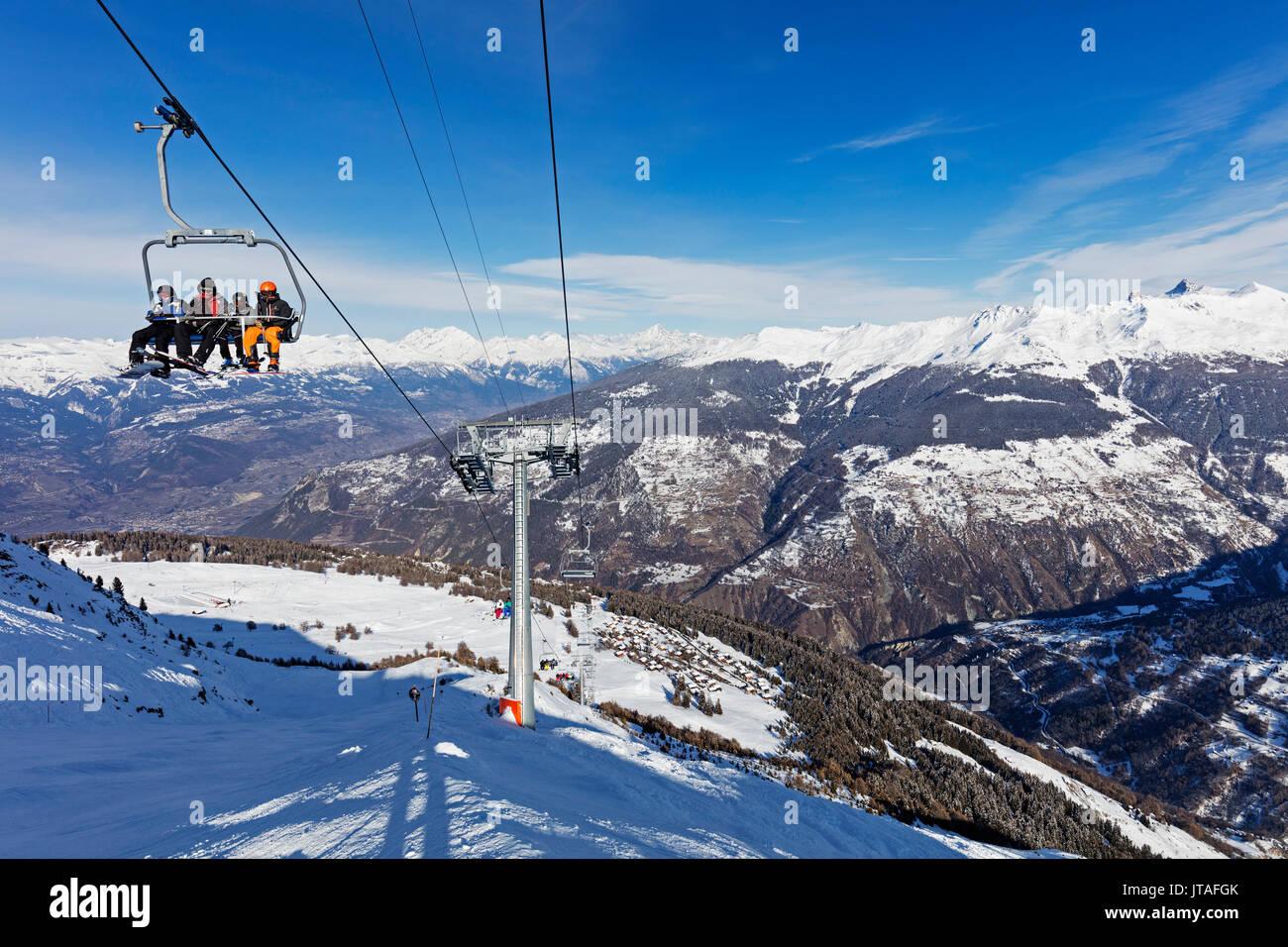 Skiers on a chair lift, Veysonnaz (Verbier), 4 Vallees, Valais, Swiss Alps, Switzerland, Europe - Stock Image
