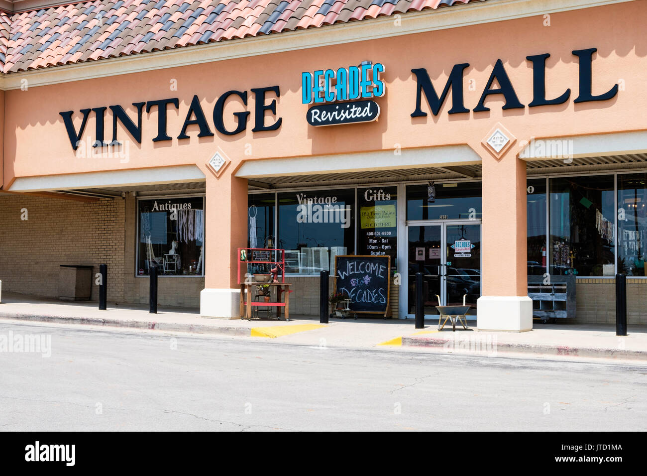 Decade's Vintage Mall, a shop selling vintage or old or antique merchandise in a strip mall in Oklahoma City, Oklahoma, USA. - Stock Image