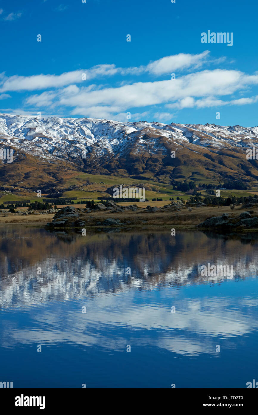 Sutton Salt Lake, and Rock and Pillar Range, Sutton, near Middlemarch, Strath Taieri, Otago, South Island, New Zealand - Stock Image