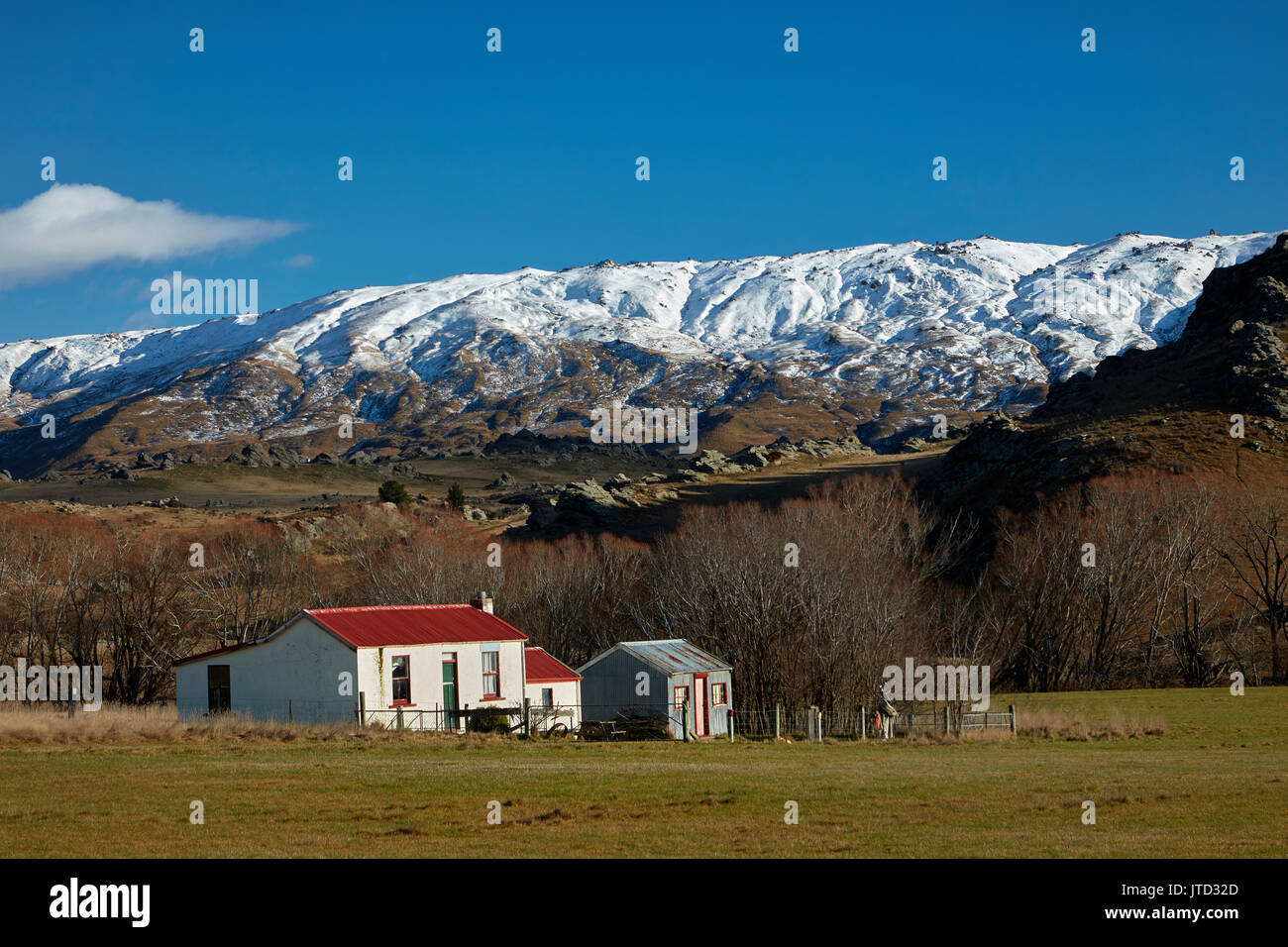 Old cottages and Rock and Pillar Range, Sutton, near Middlemarch, Strath Taieri, Otago, South Island, New Zealand - Stock Image