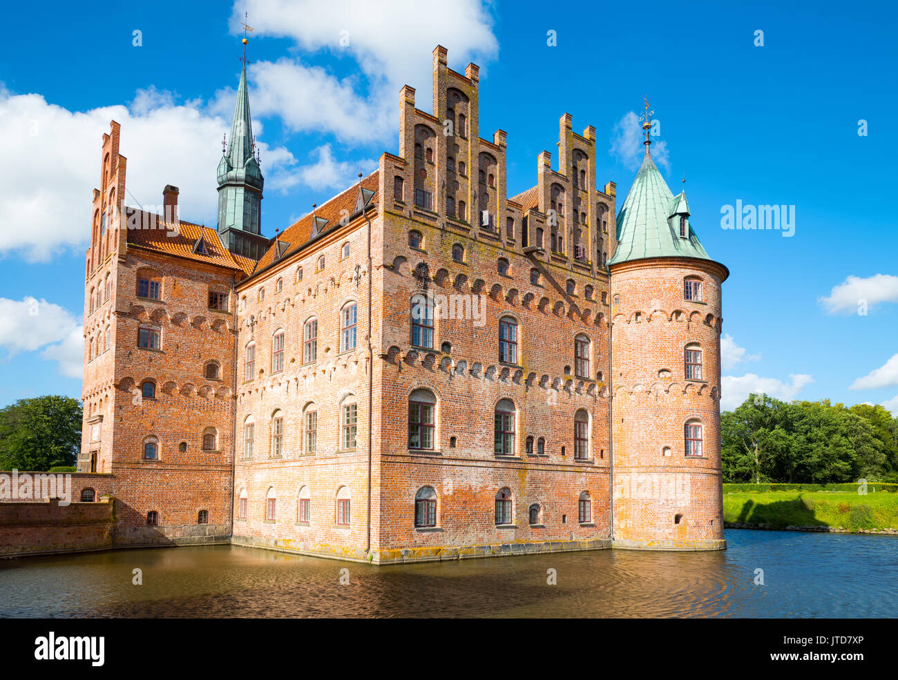 Kvaerndrup, Denmark, View of the Egeskov castle on the lake. - Stock Image