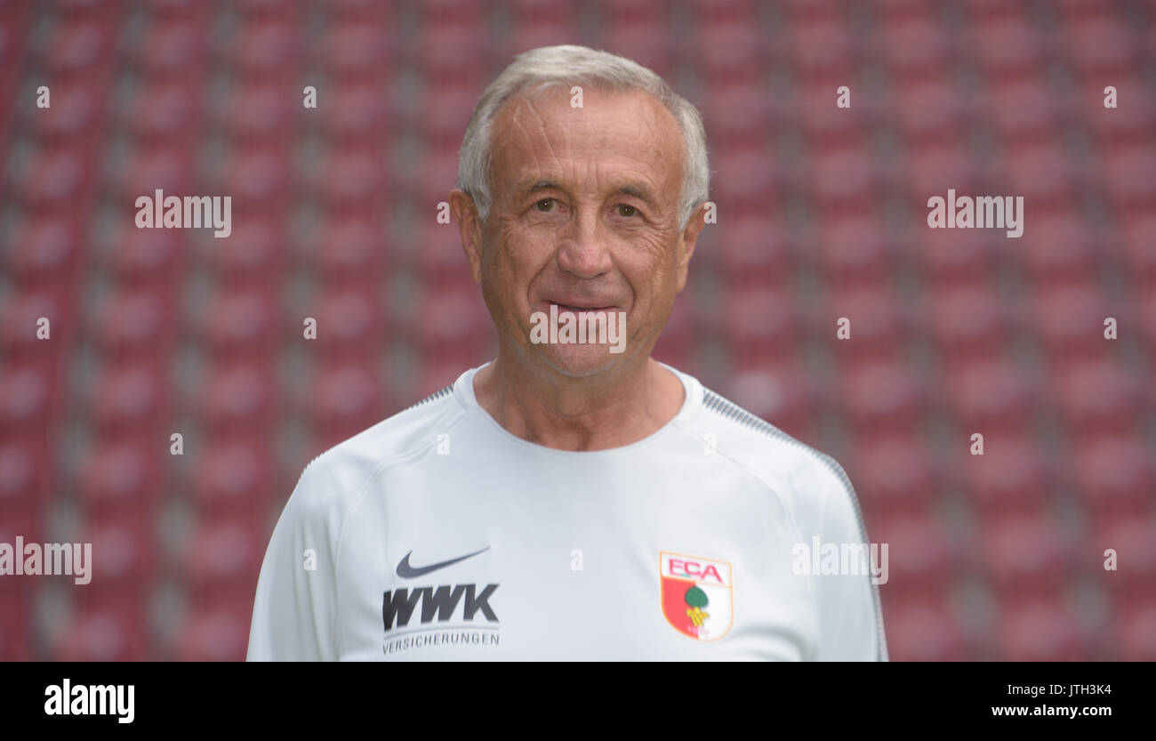 German Bundesliga, official photocall FC Augsburg for season 2017/18 in Augsburg, Germany: kitman Zdenek Vidrman. Foto: Stefan Puchner/dpa | usage worldwide - Stock Image
