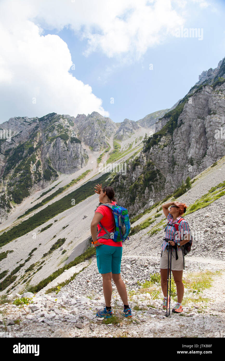 Hiking – Hikers on hike resting in mountain, wiping with hand sweat - Stock Image