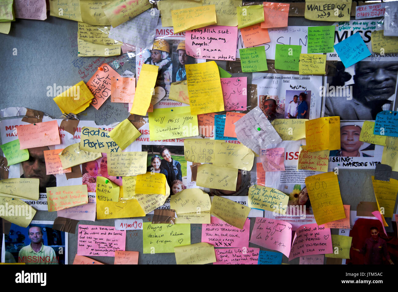 Grenfell Tower, West London. Aftermath of the tragedy. Memorial to victims of the fire with messages and post-it notes - Stock Image