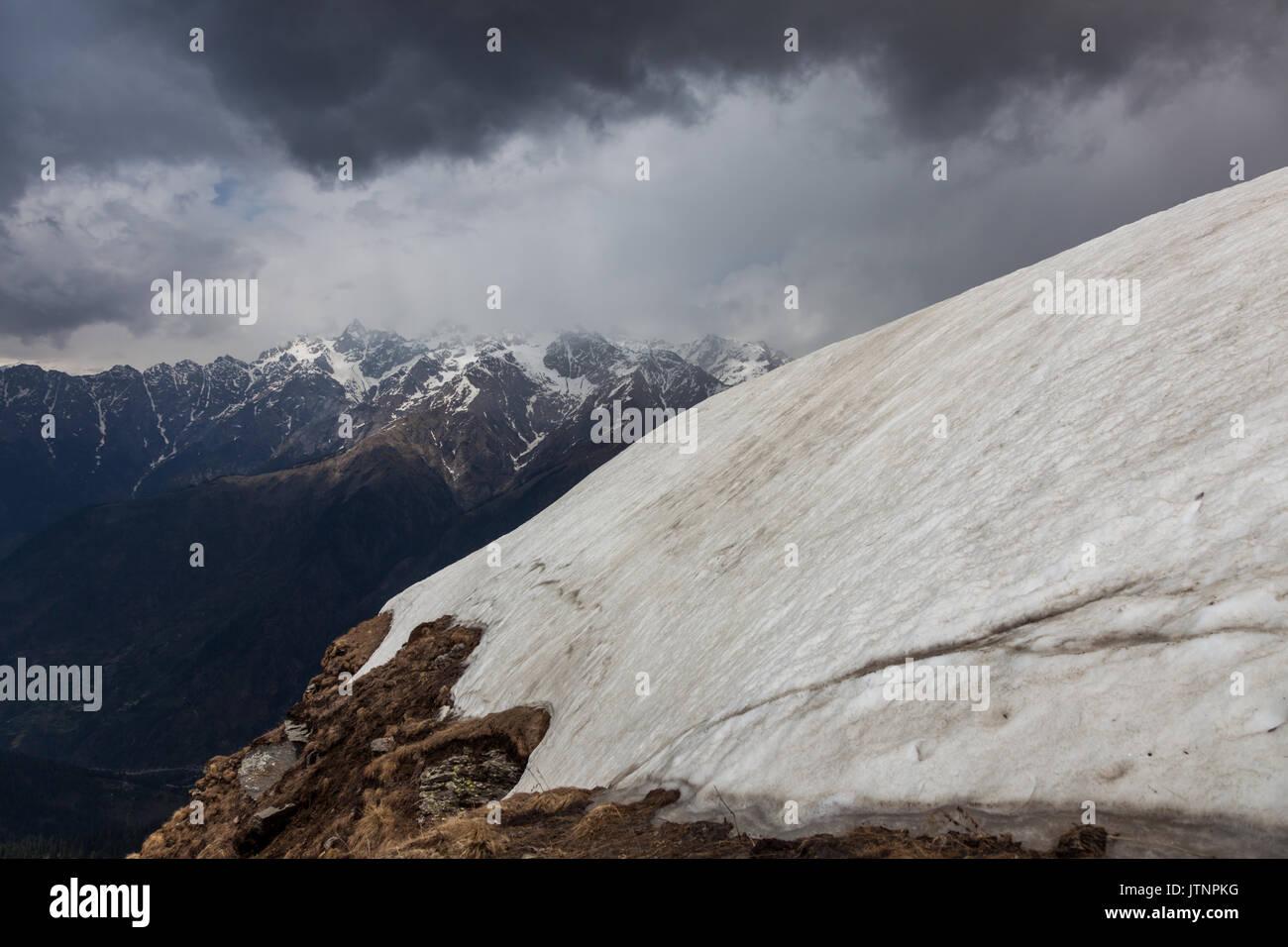 Himalayan landscape in Himachal Pradesh while trekking - Stock Image