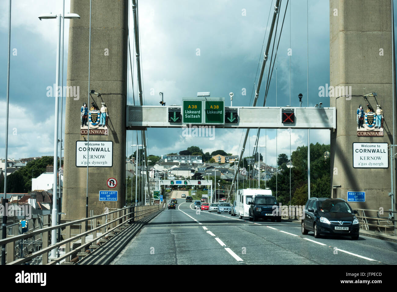 Traffic on the Tamar Bridge between Plymouth, Devon and Saltash, Cornwall (with Welcome to Cornwall sign), England, UK. - Stock Image